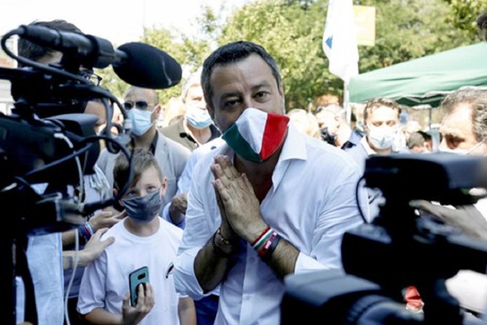 Salvini parla ancora del plexiglas a scuola, ma nelle direttive non c'è mai stato