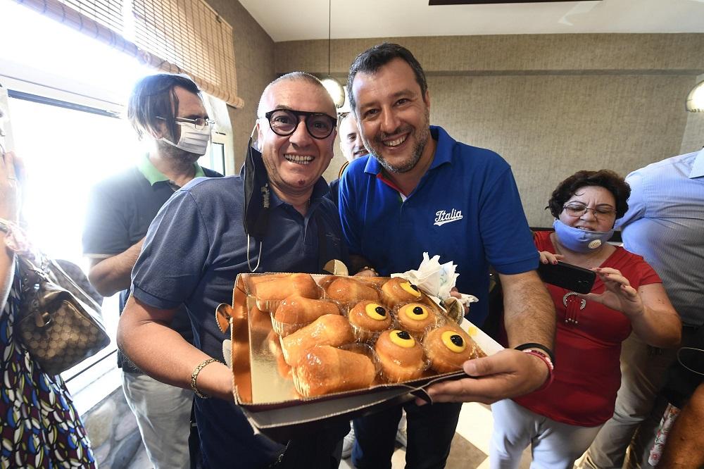"""Salvini a Mondragone: """"Sono venuto presto perché quelli dei centri sociali bevono e fumano fino a tardi"""""""