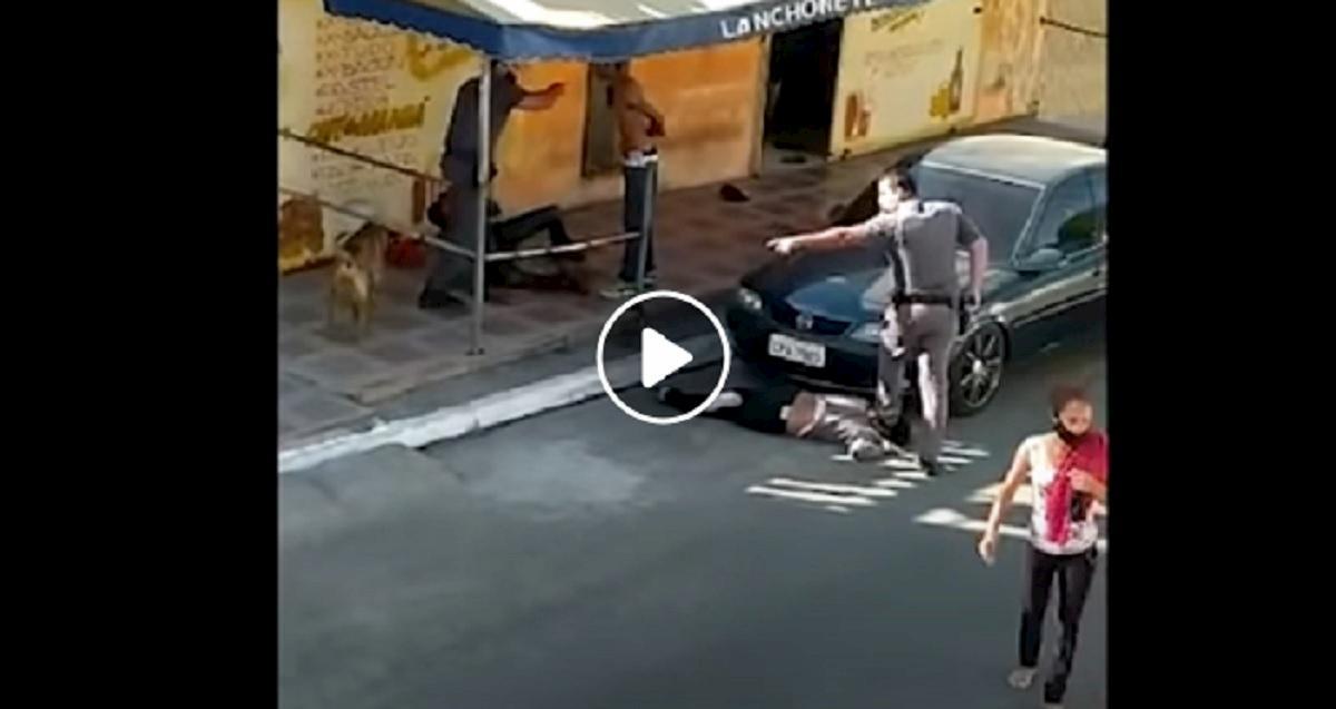 Brasile, poliziotto calpesta collo donna