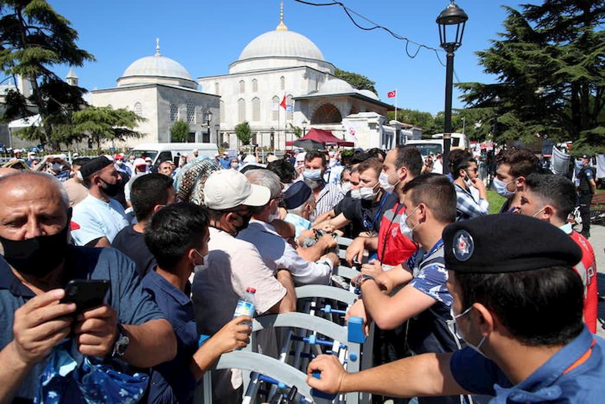 Santa Sofia moschea, troppi fedeli per la preghiera del venerdì: stop agli accessi VIDEO