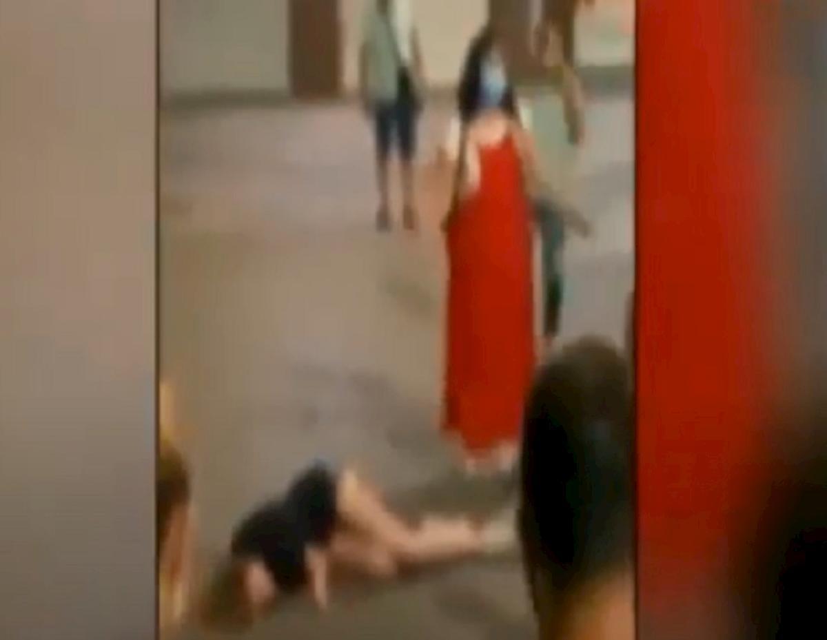 spagna, donna sviene in strada