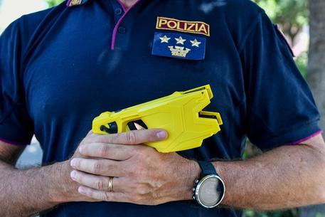 Taser ai poliziotti, altra retromarcia. L'arma fallisce i test, dardi difettosi