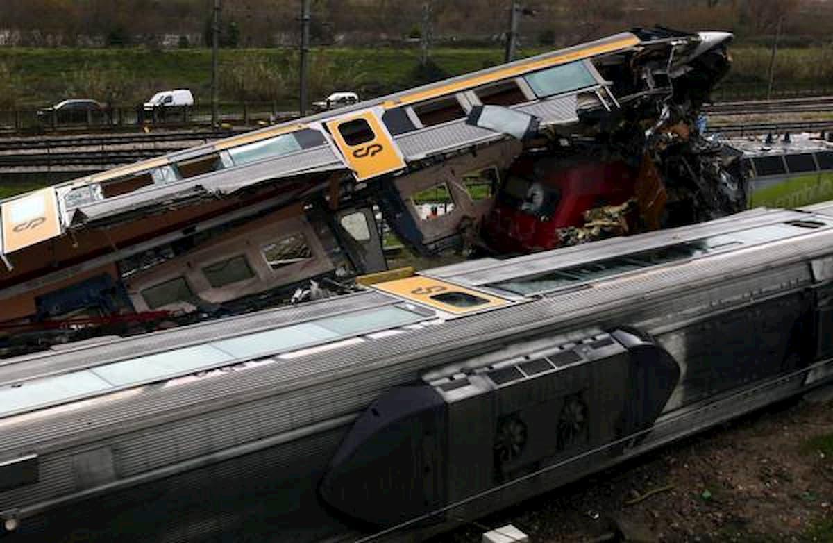 Portogallo, deraglia un treno: morti e feriti gravi