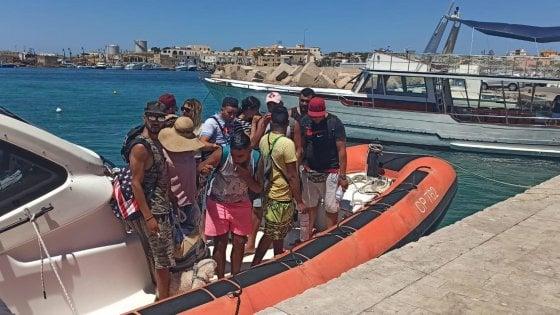 Migranti, crisi esplosa. Nella foto: tunisini con barboncino sbarcano come turisti