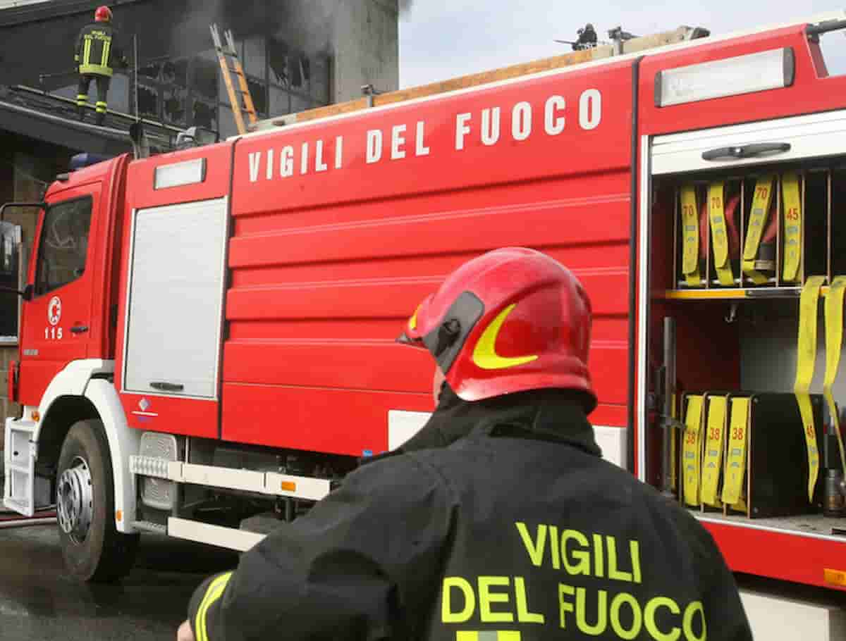 Foggia, agguato al capitano Federico Gentile: incendiata la porta di casa. Era dentro con le figlie piccole