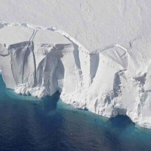 Antartide, 60% delle piattaforme di ghiaccio a rischio fratture
