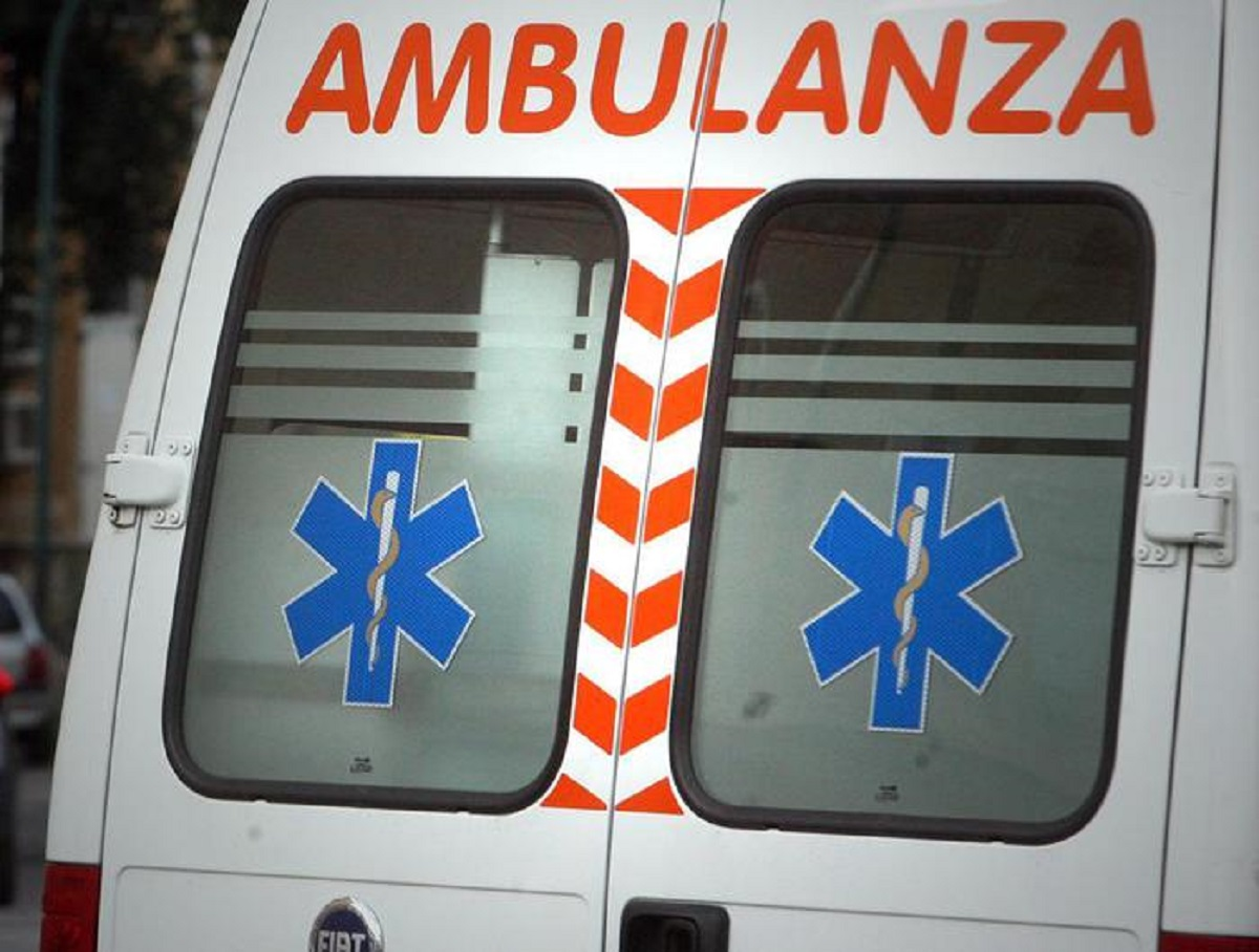 un'ambulanza, foto ansa
