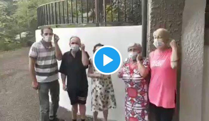 """Coronavirus anziani, in 5 si tolgono la mascherina e la bruciano: """"Fallo anche tu"""". VIDEO diventa virale"""