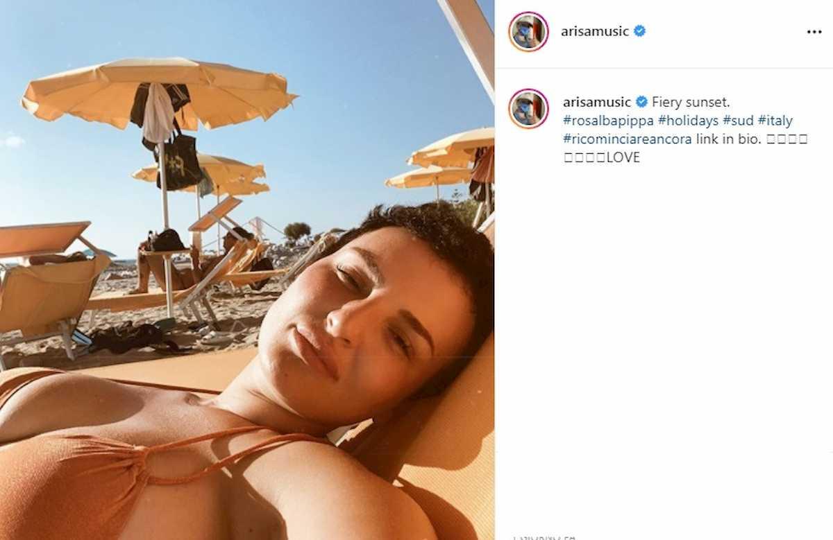 arisa selfie in spiaggia