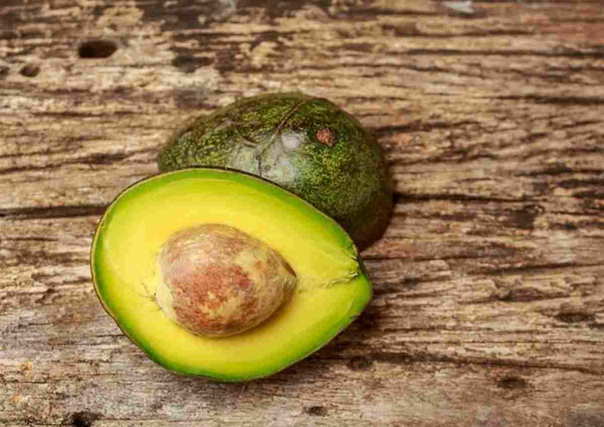 Vegani davvero? Non dovreste mangiare nemmeno mandorle e avocado