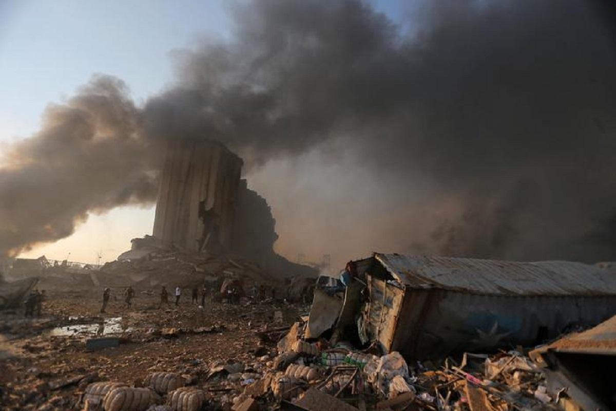 """Beirut, saltate in aria 2.750 tonnellate di nitrato. Aria tossica, """"chi può lasci la città"""""""