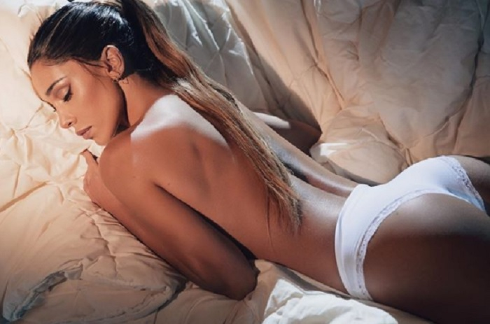 Belen Rodriguez in mutande su Instagram. Follower l'attacca, lei risponde FOTO