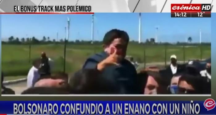Bolsonaro prende in braccio un nano pensando sia un bambino VIDEO