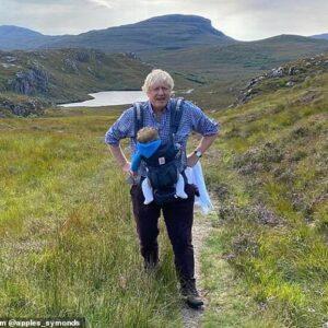 Boris Johnson, nella foto con bambino al collo, nascosto in Scozia? In vacanza dopo il fiasco della scuola