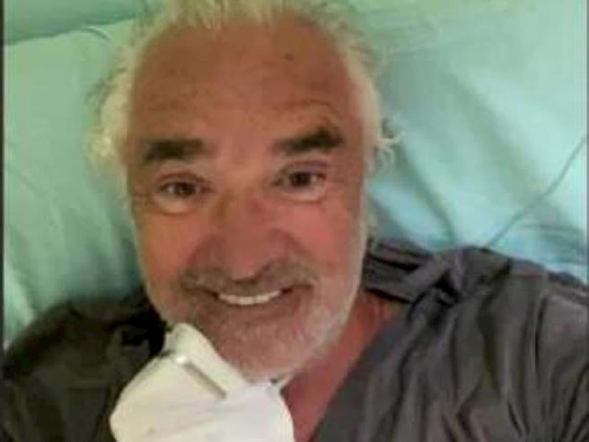 Briatore sorridente in un selfie dal letto dell'ospedale