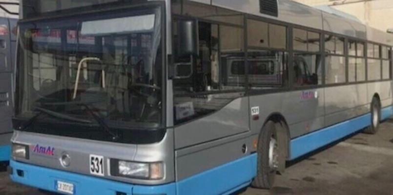 Rubano il bus urbano per andare al mare. Caccia ai ladri ignoti di Taranto.