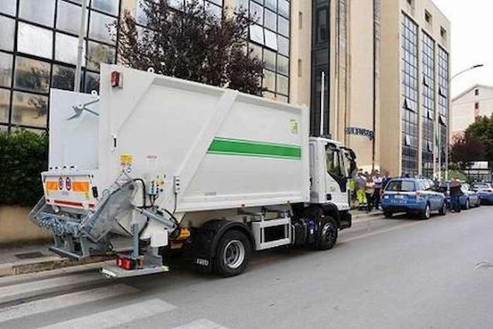 Incidente Senigallia: auto contro il camion dei rifiuti, morto bimbo di 6 anni