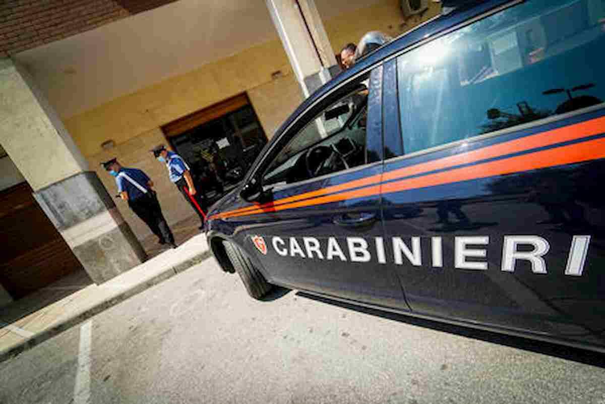 Castellammare di Stabia, carabiniere interviene per fermare lite: branco lo pesta a sangue
