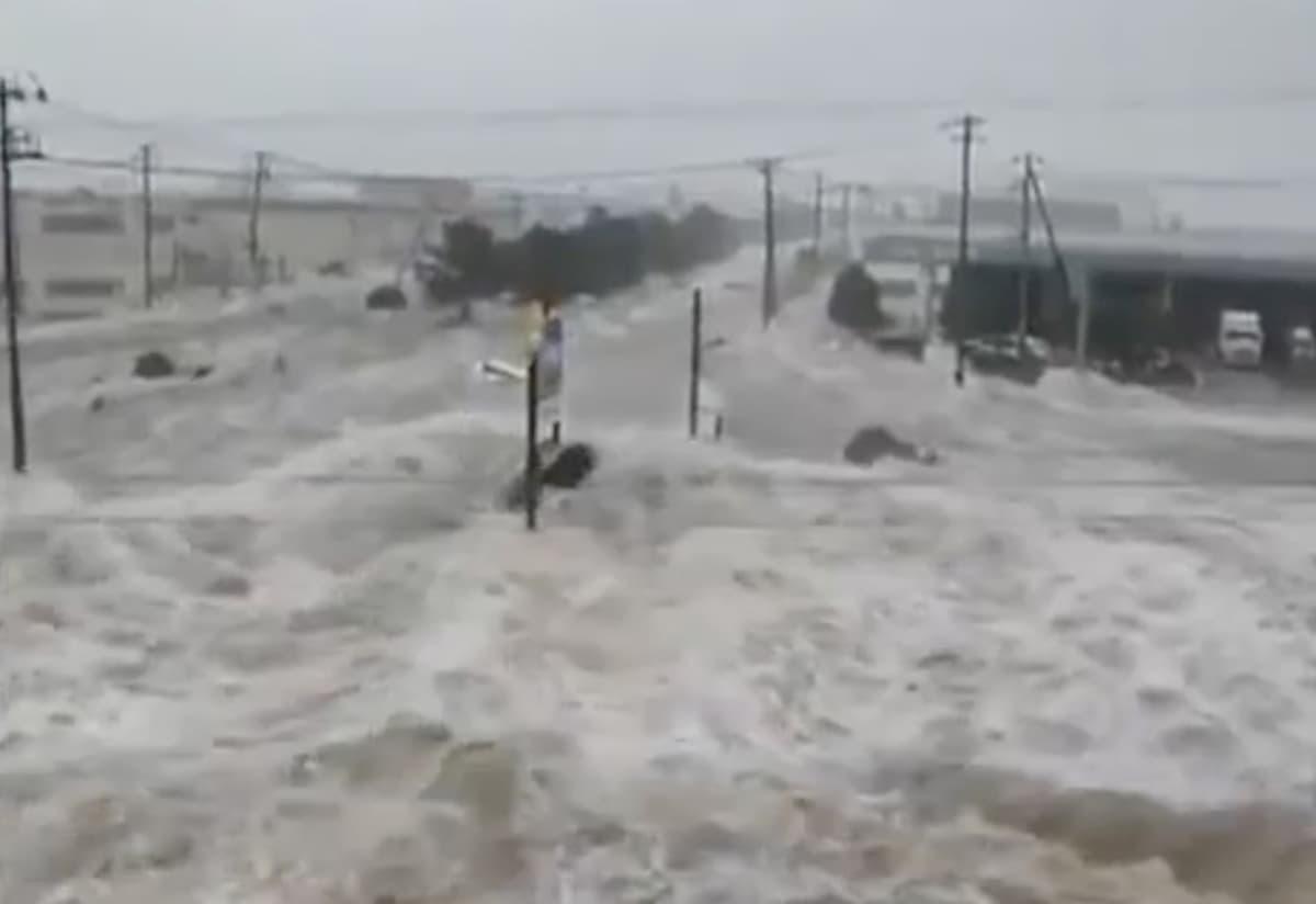 Cina, piogge torrenziali ed esondazioni: l'acqua travolge tutto come uno tsunami VIDEO