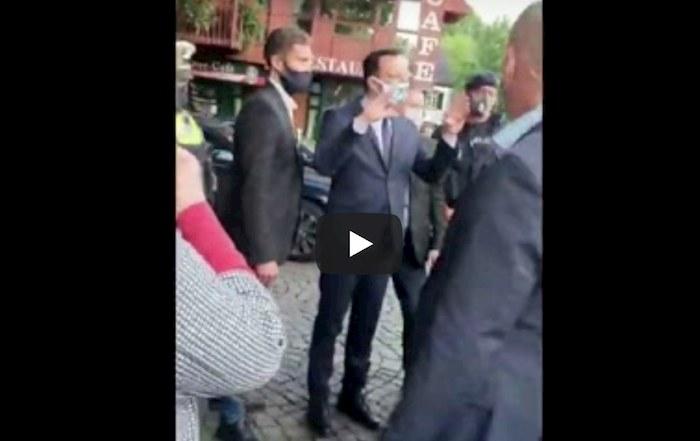 Coronavirus Germania, insulti omofobi e sputi dai negazionisti al ministro della Salute VIDEO