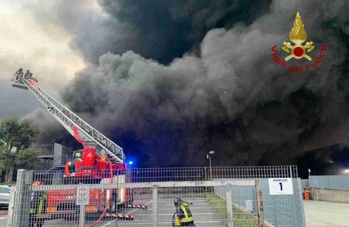"""Costa di Mezzate, vasto incendio all'azienda trasporti. Il Comune: """"Tenete finestre chiuse"""""""