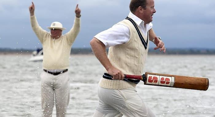 Papà arbitro multa figlio che dice parolacce: ma è cricket...