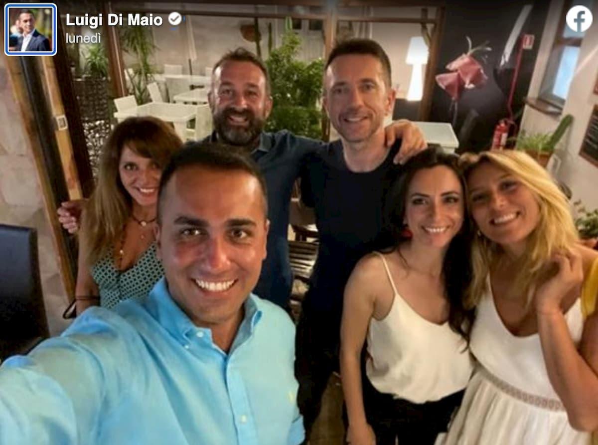 La gaffe social di Luigi Di Maio: foto in Sardegna con Scanzi e Virginia Saba ma senza mascherine