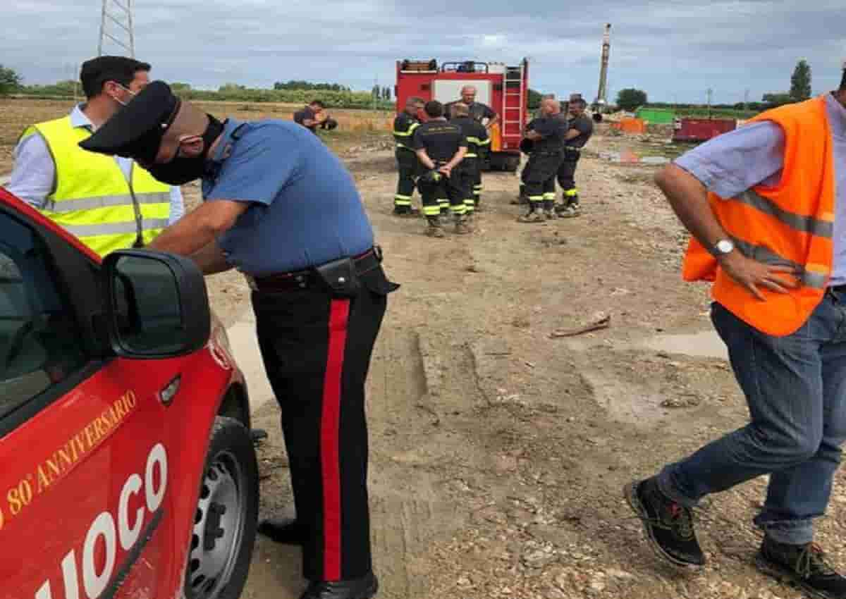 Falconara Marittima, i carabinieri sul luogo dell'incidente in una foto Ansa