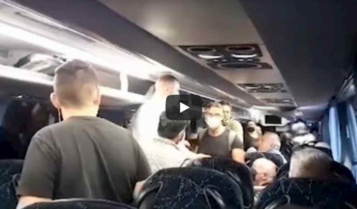 Flixbus, a bordo non c'è distanziamento. Scatta la rivolta, intervengono carabinieri VIDEO