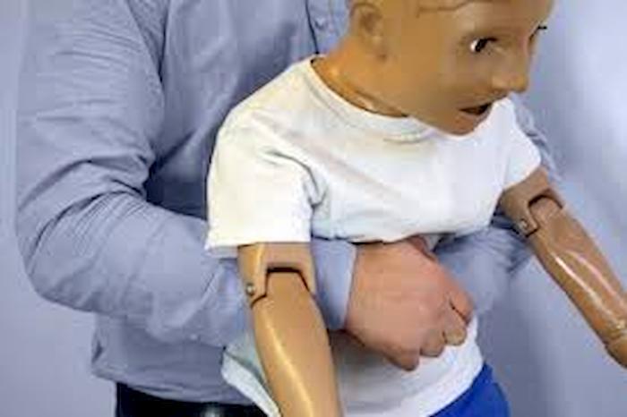 Napoli, boccone va di traverso: bambino in vacanza rischia di soffocare. Salvato da un carabiniere