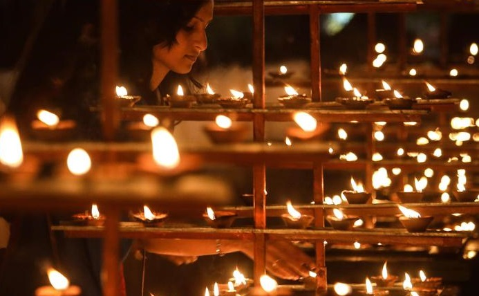 """Donna uccisa a bastonate dai vicini in India: """"Era una strega"""""""
