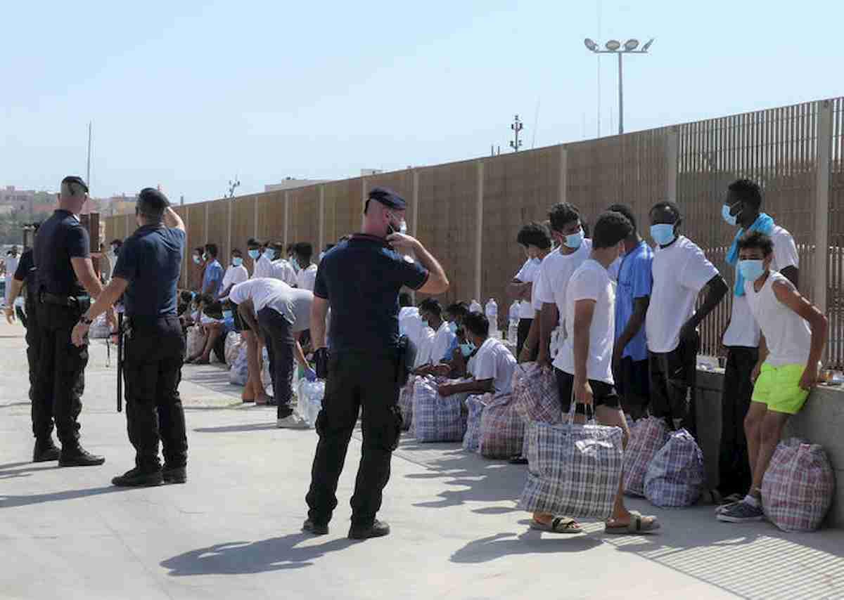 Migranti, ancora 200 sbarchi a Lampedusa. Hotspot al collasso, arriva nave quarantena