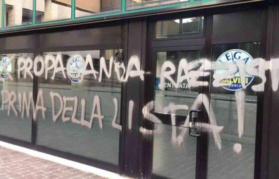 Salvini a Perugia per inaugurare la nuova sede della Lega. Imbrattata nella notte