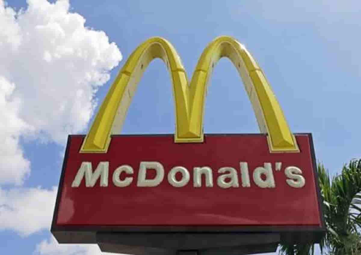 """Polli assaltano un McDonald's. Interviene la polizia che poi ironizza: """"Presi di mira i clienti con le crocchette in mano"""""""