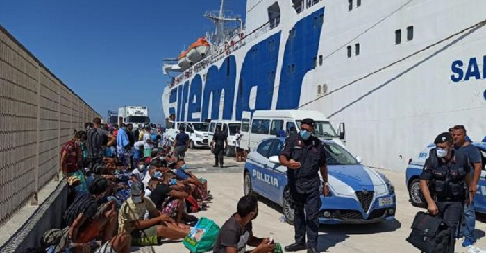 Migranti positivi, in Sardegna aumentano i casi. A Foggia la fuga dall'ospedale...