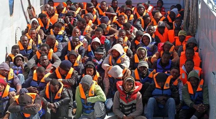 Migranti a Lampedusa escono dall'hotspot, bloccati dai carabinieri