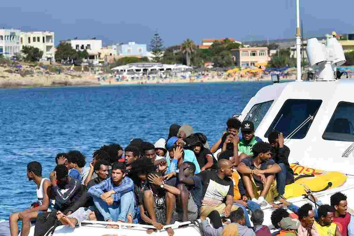 """Migranti, altri 250 arrivi a Lampedusa. Il sindaco chiude l'hotspot, l'appello a Conte: """"Dichiari emergenza"""""""
