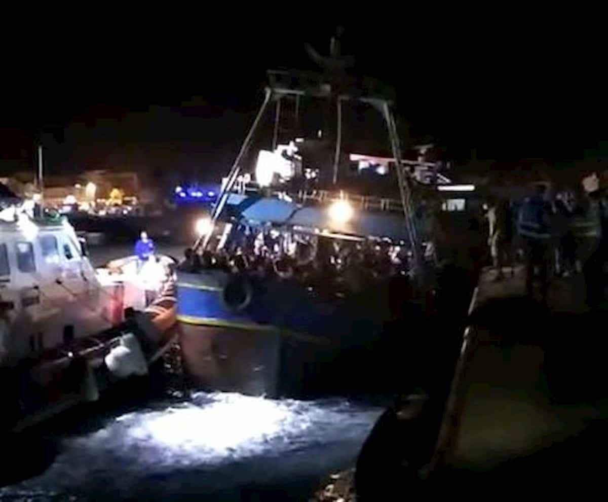 Migranti, maxi sbarco a Lampedusa