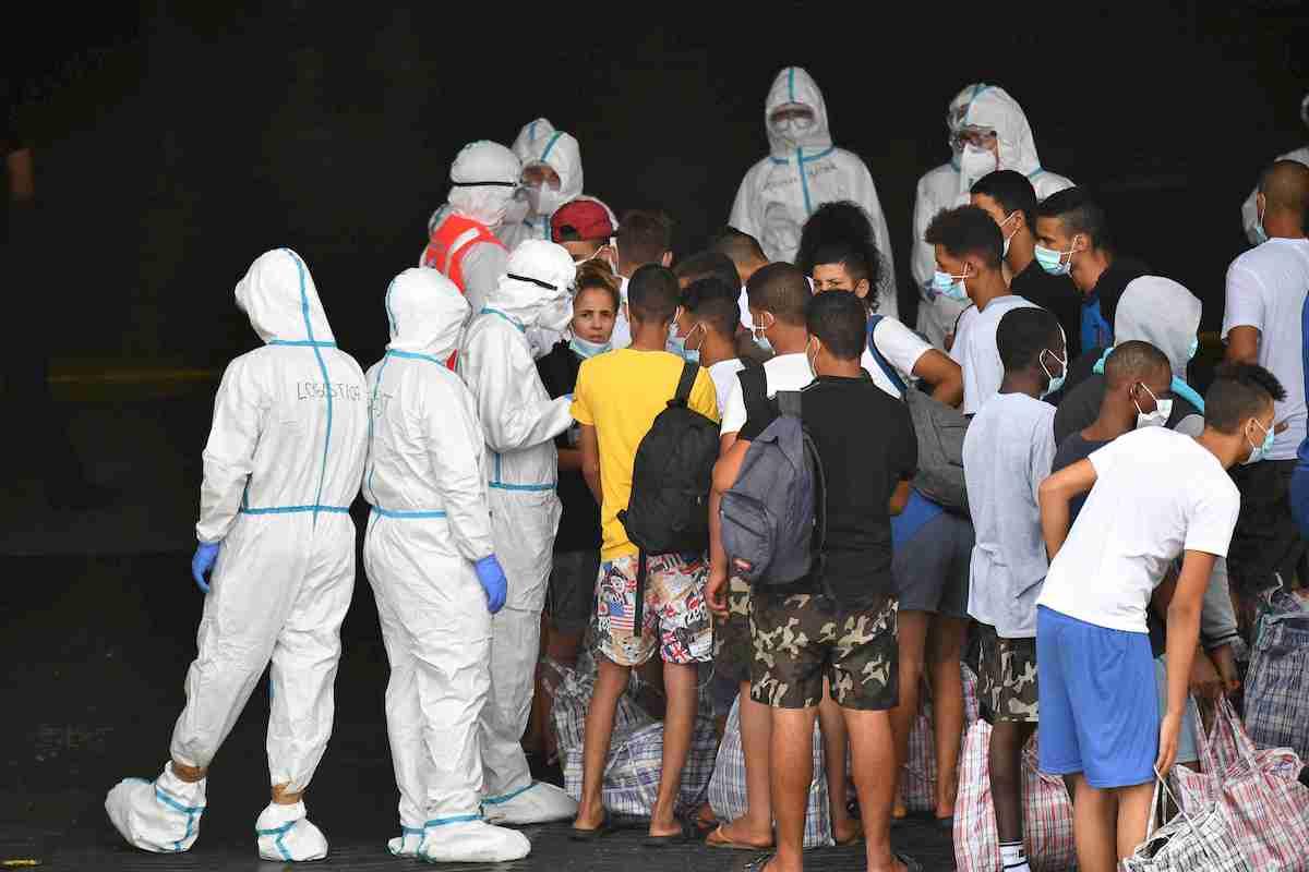 Migranti, la nave quarantena arriva a Lampedusa. Trasferiti i primi 250 FOTO 01