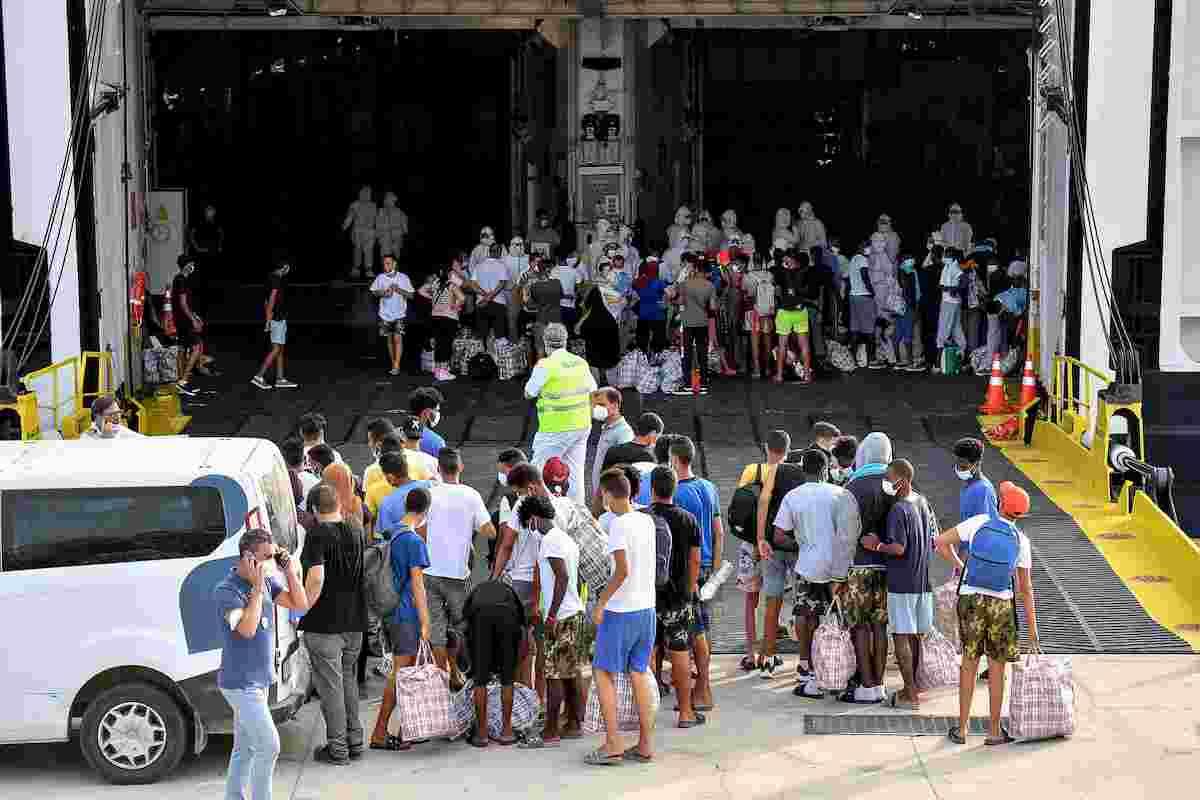 Migranti, la nave quarantena arriva a Lampedusa. Trasferiti i primi 250 FOTO 02
