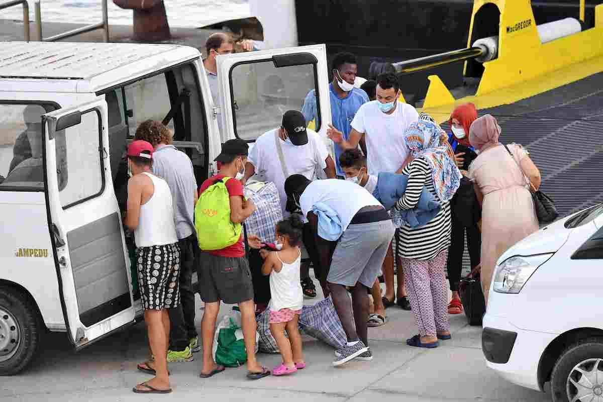 Migranti, la nave quarantena arriva a Lampedusa. Trasferiti i primi 250 FOTO 03