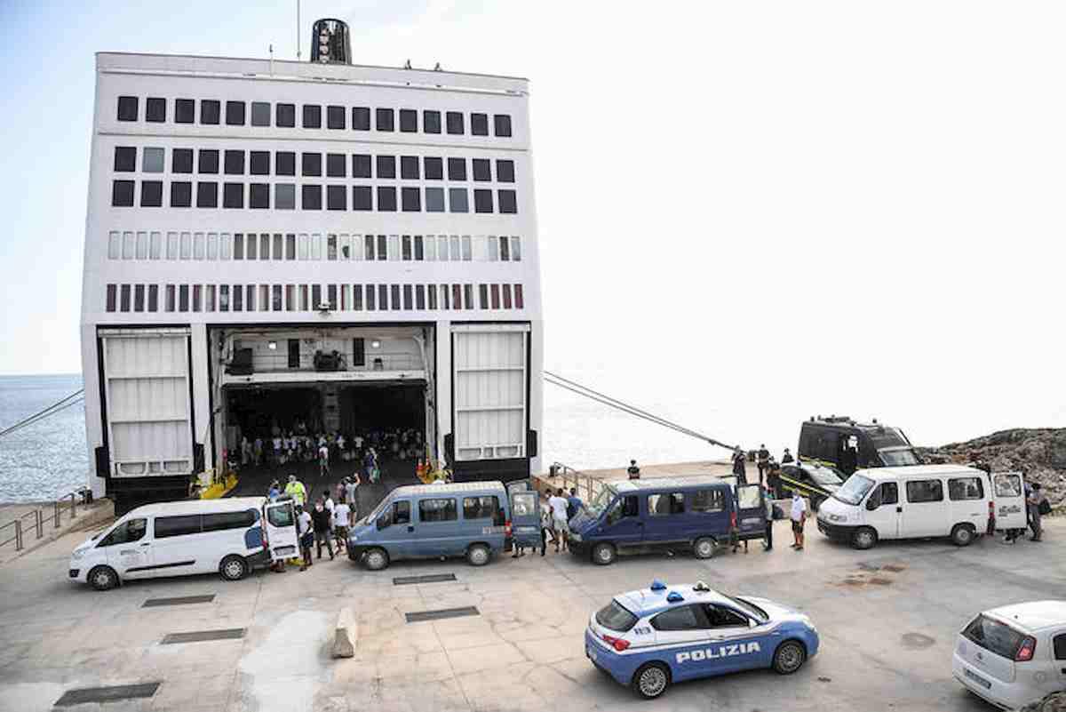 Migranti, la nave quarantena arriva a Lampedusa. Trasferiti i primi 250 FOTO 05