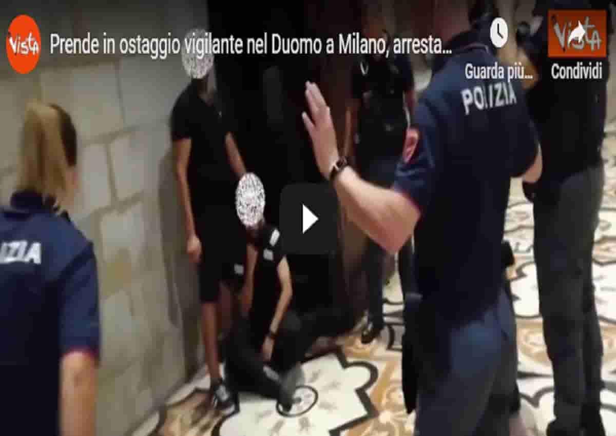 Duomo di Milano, prende in ostaggio un vigilante. Il video Vista