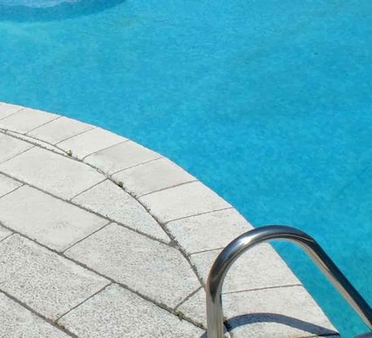 Capalbio, bambina di 8 anni cade in piscina e muore affogata: stava giocando con bicicletta