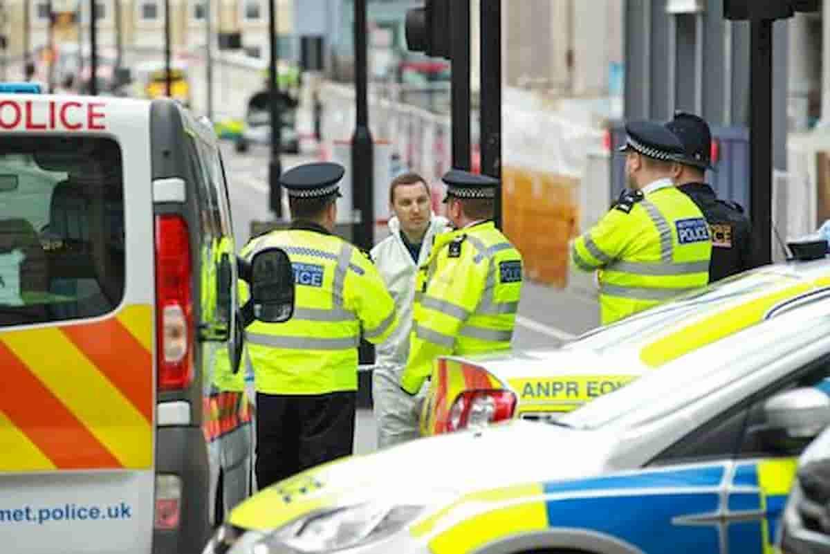 Poliziotto accoltellato mentre tentava di fermare un uomo