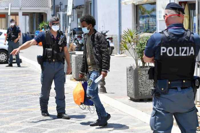 Coronavirus Treviso, poliziotto positivo al Covid dopo rissa al centro migranti