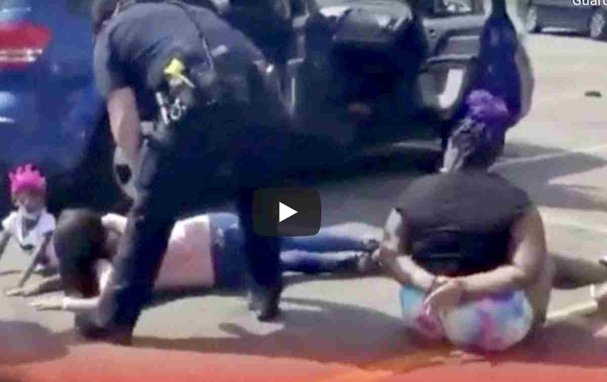 Polizia Usa ammanetta famiglia afroamericana a terra, con 4 bambine. L'ultimo VIDEO choc