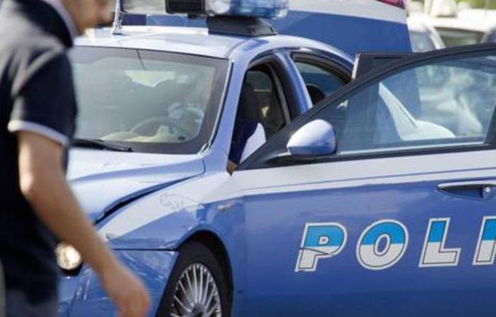Urina sull'auto della polizia e aggredisce gli agenti: arrestato 22enne a Napoli