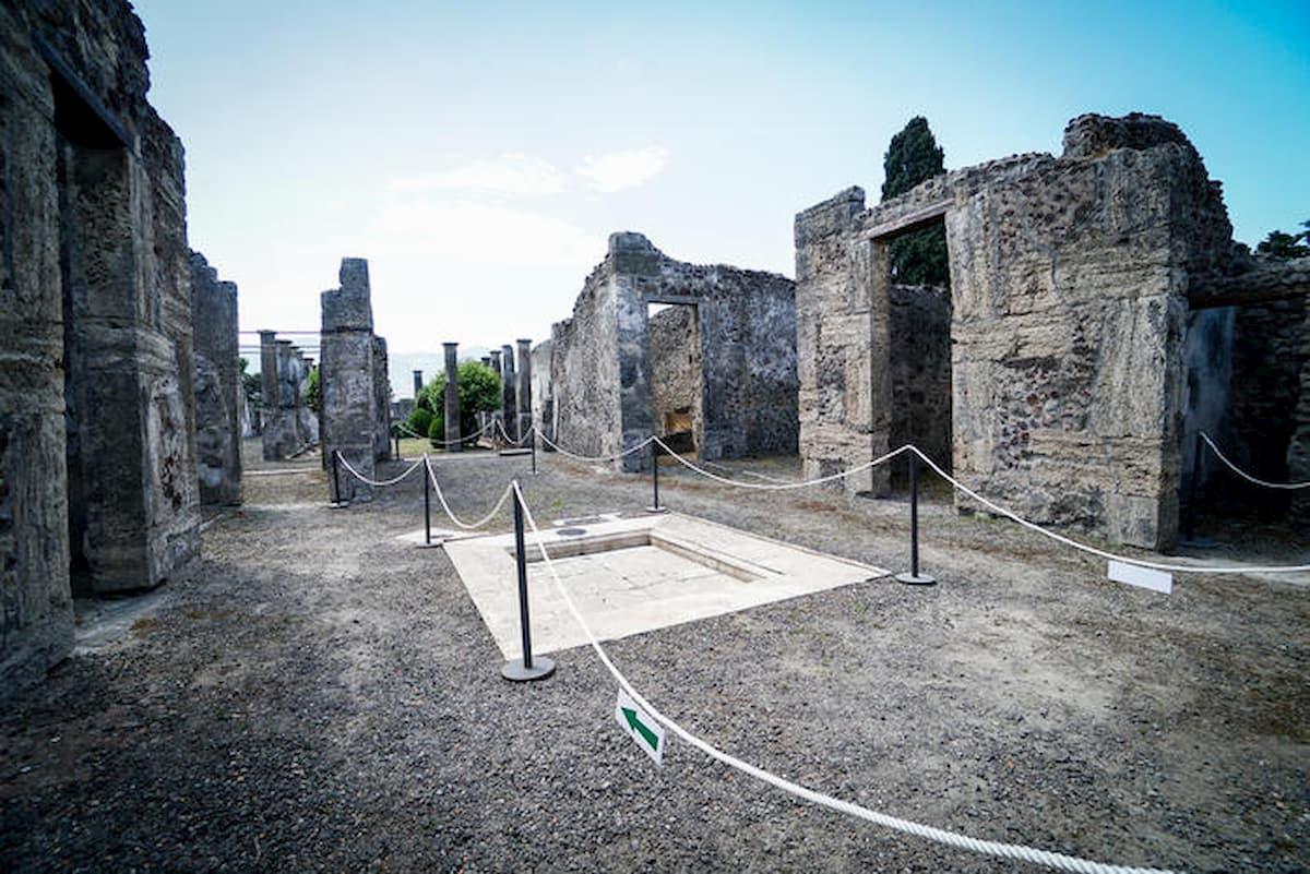 Pompei, sale sul tetto delle Terme per una foto: doppia indagine