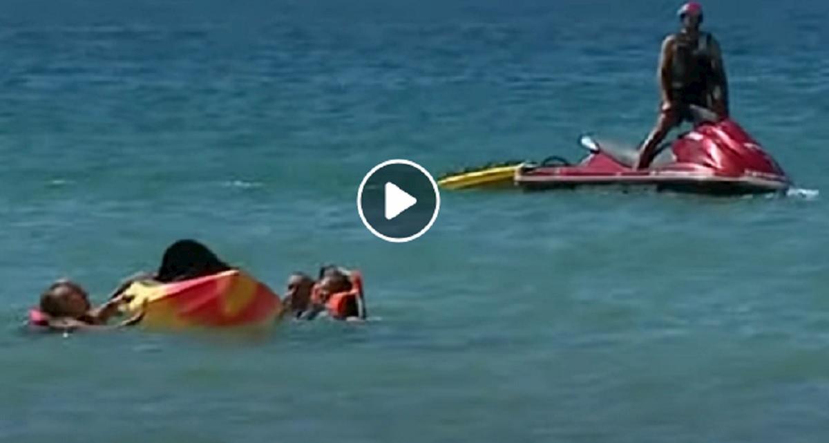 portogallo presidente si tuffa in mare
